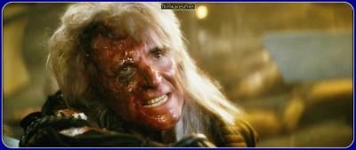 Genetik olarak bir superman gibi geliþtirilmiþ olan Khan megalomanyak ve tehlikeli bir suçlu olduðundan yýllar önce ýssýz Ceti Alpha 5 gezegenine sürülmüþtür. Oðlunun ölümü ve kendi bahtsýz kaderinden ötürü Kaptan Kirk'ü suçlamakta ve intikam hisleriyle yanýp tutuþmaktadýr.Komutan Chekov yanlýþlýkla Khan'ýn olduðu yere ýþýnlanýnca, bu tehlikeli düþman sonunda aradýðý fýrsatý bulur. Kurbanlarýnýn beynini kontrol etmeye yarayan parazimsi bir yaratýðý kullanan Khan Yýldýzgemisi Reliant'ý ele geçirmeyi baþarýr. Gemiyi ve bir araþtýrma projesinden yaðmaladýðý ekipmaný kullanarak Kirk'ü yoketmeyi planlamaktadýr. 'Genesis Effect' isimli projenin asýl amacý sýfýrdan bir gezegende canlý yaþamýný baþlatmaktýr. Ancak ekipmanýn yeni dünyalar yaratmaya vakýf olan kudreti, ayný zamanda varolanlarý yoketmeye de imkan tanýmaktadýr.Kirk ve ekibi bir kez daha tüm güçleri ve cesaretleriyle arkadaþlarýný kurtarmak ve Khan'ý sonsuza dek susturmak zorundadýrlar.