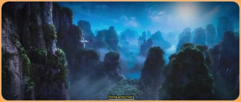 """Maymun Kral geleneksel bir Çin romanı olan """"Batı'ya Yolculuk'dan"""" bir parçaya dayanıyor. Film, Maymun Kralın doğuşu ve maceraları, kışkırtılma sonucu Cennetin Yeşim İmparatoruna olan isyanını konu ediniyor"""